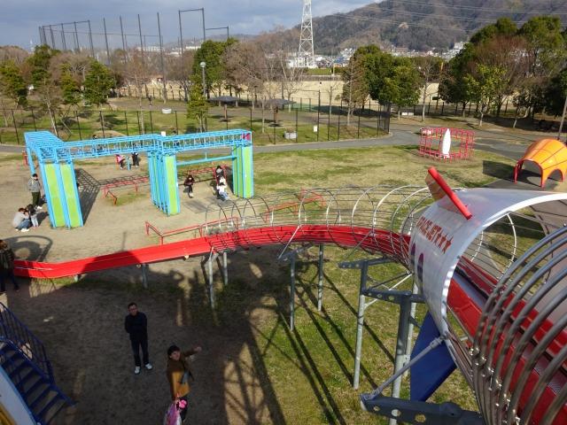 深北緑地ロケット広場の遊具のローラーすべり台の上部