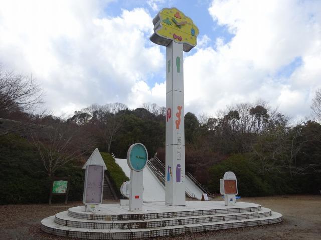 森の宝島「わいわい広場」の時計のモニュメント