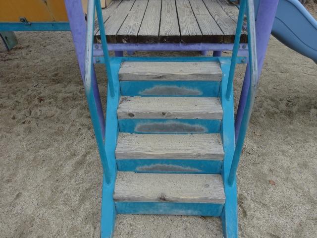 森の宝島遊具の階段