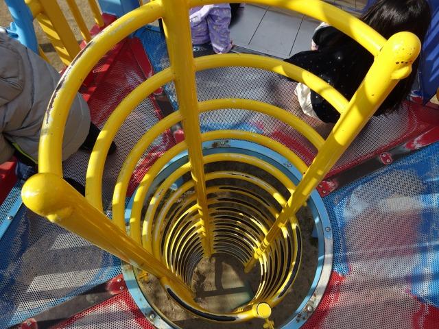 深北緑地ロケット広場の遊具のはしご階段の上