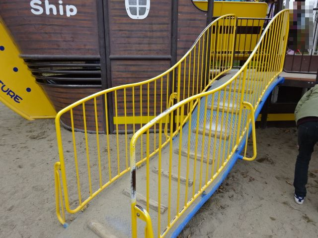 恐竜広場の遊具「難破船」階段