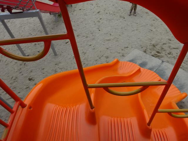 恐竜広場の遊具「難破船」オレンジすべり台