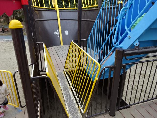 恐竜広場の遊具「難破船」細い橋と階段