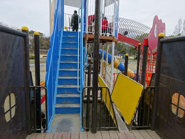 恐竜広場の遊具「難破船」上へ行く階段