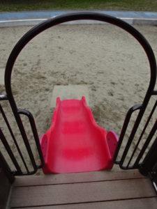 恐竜広場の遊具「難破船」赤いすべり台