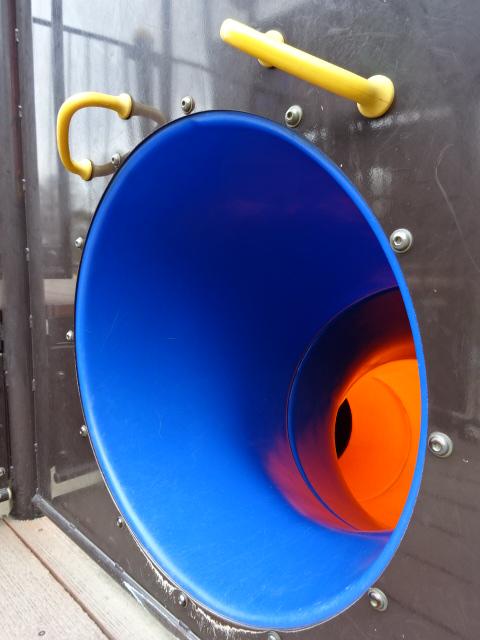恐竜広場の遊具「難破船」トンネルすべり台