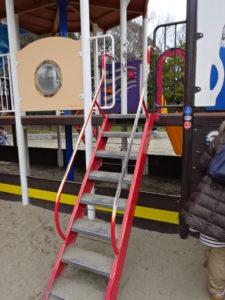 恐竜広場の遊具「難破船」後の階段
