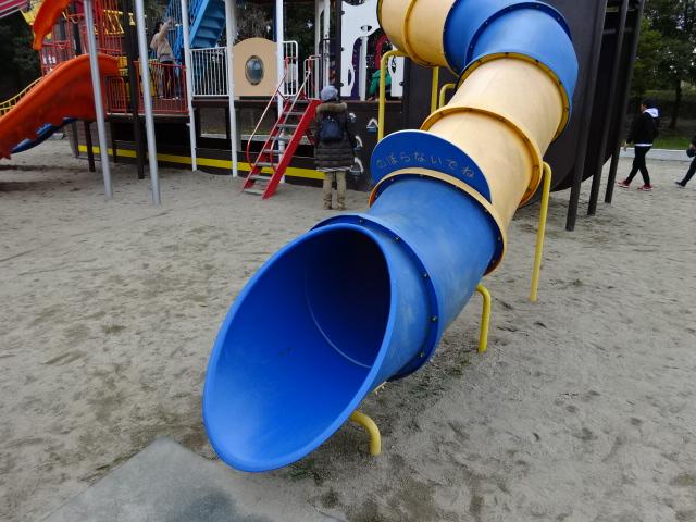恐竜広場の遊具「難破船」トンネルすべり台出口