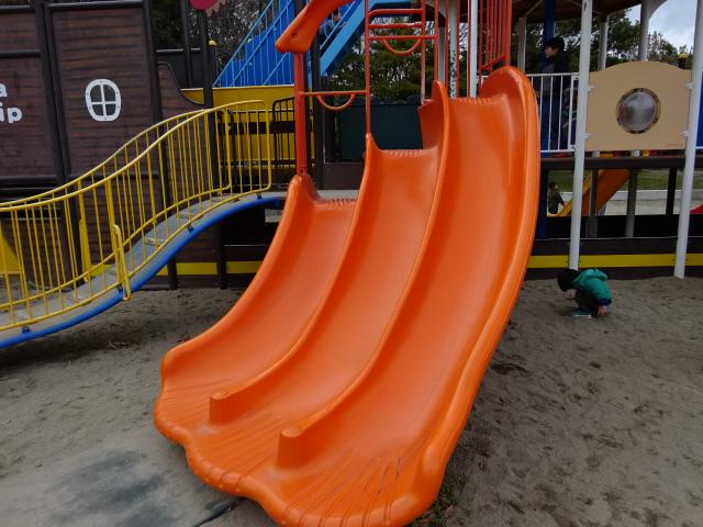 恐竜広場の遊具「難破船」オレンジすべり台下