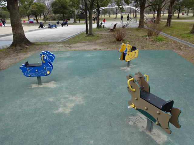 恐竜広場の隣の遊具