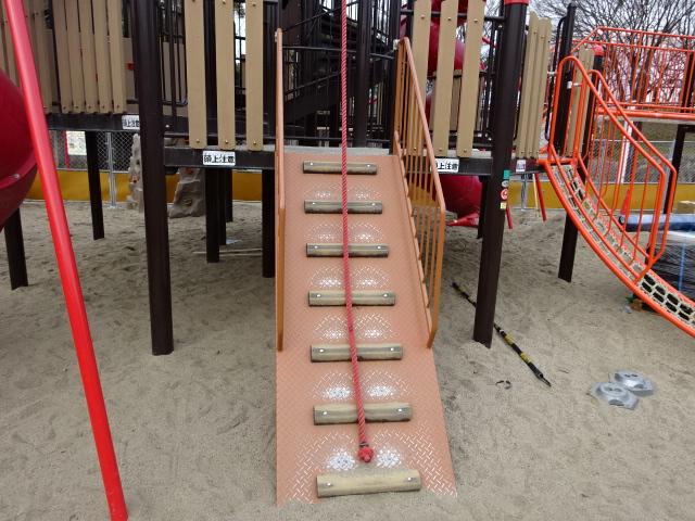 とりで広場城郭都市遊具のロープ階段