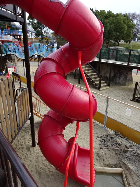 とりで広場城郭都市遊具のトンネルすべり台