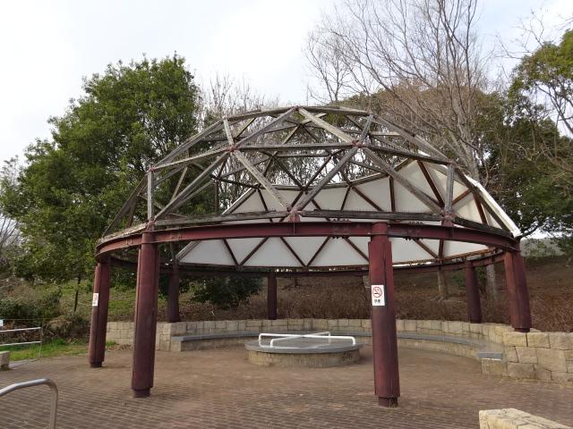 とりで広場のドーム型休憩所