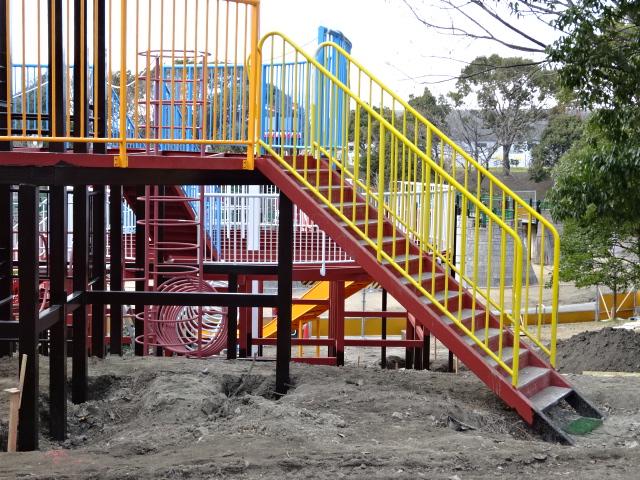 とりで広場の展望台遊具の黄色の階段