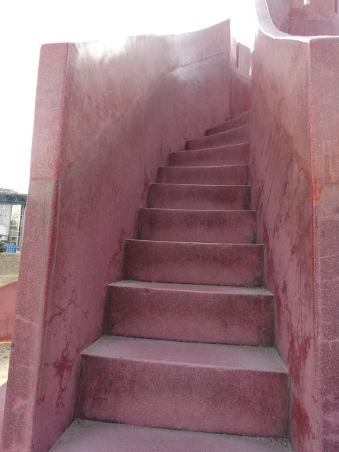 タコの遊具の上へ続く階段