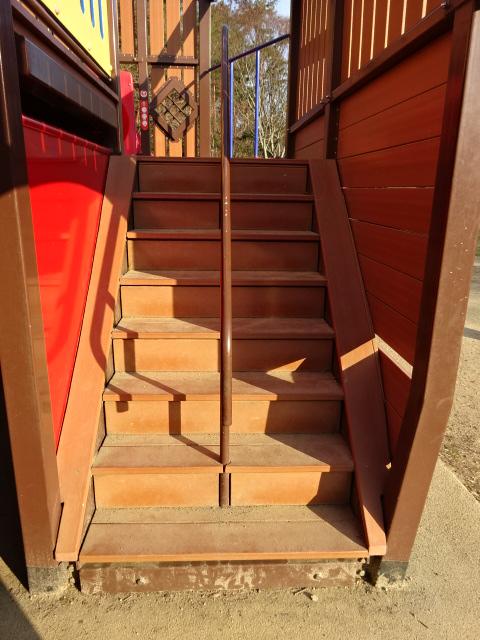 東地区の船形遊具の階段