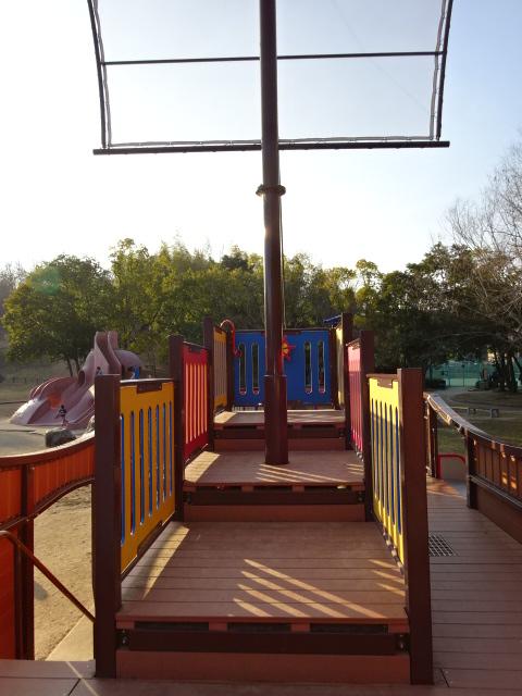 東地区の船形遊具の上