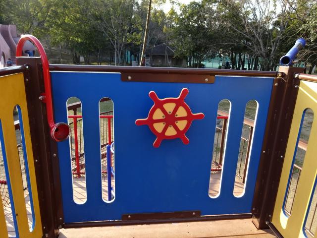 東地区の船形遊具の舵
