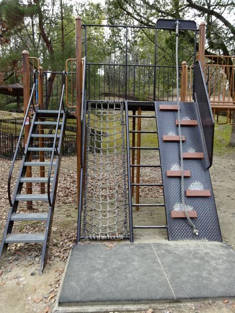 大渕池公園西地区の児童広場の大きな遊具の階段