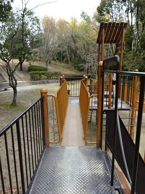 大渕池公園西地区の児童広場の大きな遊具の上部の橋