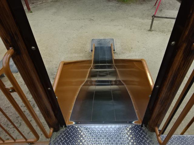 大渕池公園西地区の児童広場の大きな遊具のすべり台