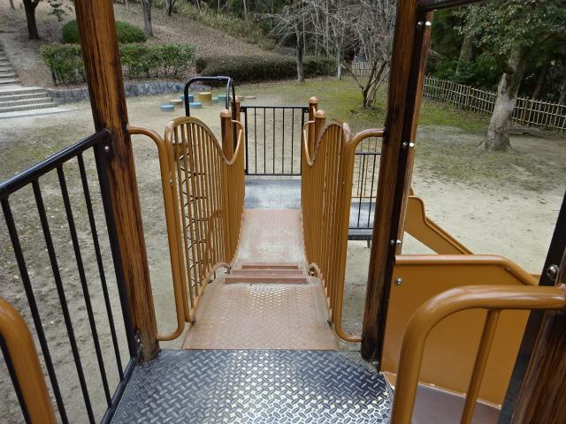 大渕池公園西地区の児童広場の大きな遊具のでこぼこ橋