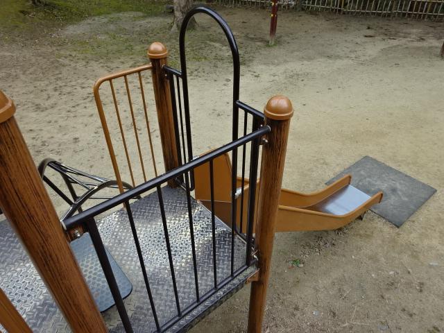 大渕池公園西地区の児童広場の大きな遊具の小さなすべり台