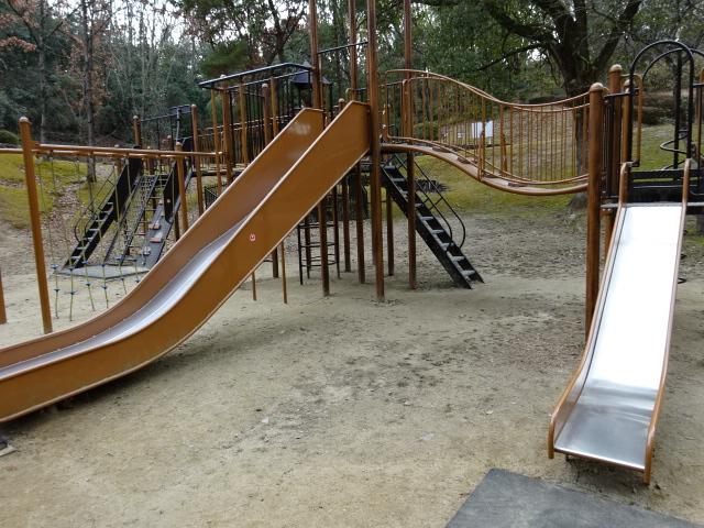大渕池公園西地区の児童広場の大きな遊具2つのすべり台