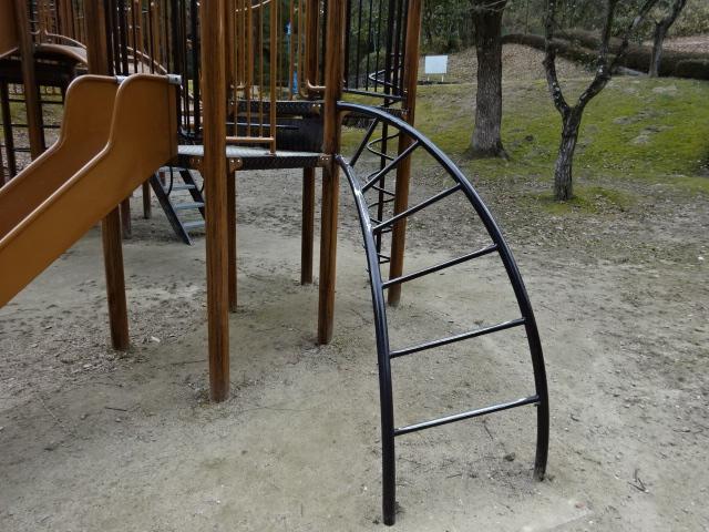 児童広場の大きな遊具の曲がった階段