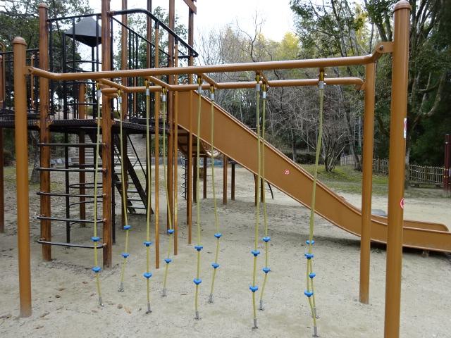 児童広場の大きな遊具のロープ