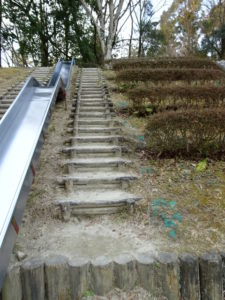 児童広場の大型すべり台への階段