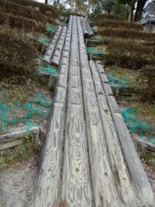 児童広場の大型すべり台への丸太の階段