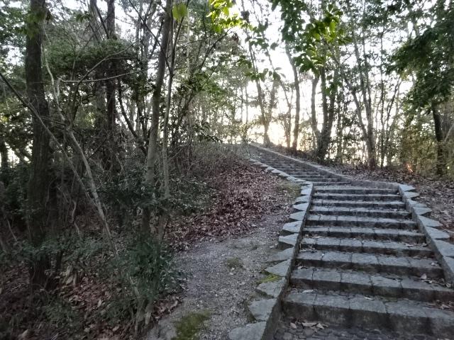 大渕池公園西地区の上へと行く階段