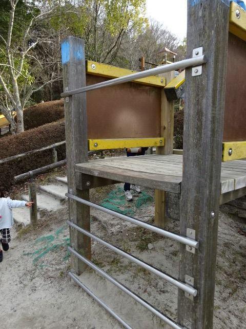生駒山麓公園の大型木製遊具のハシゴ