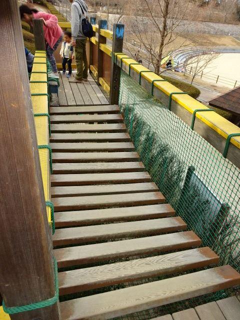 生駒山麓公園の大型木製遊具のグラグラ床