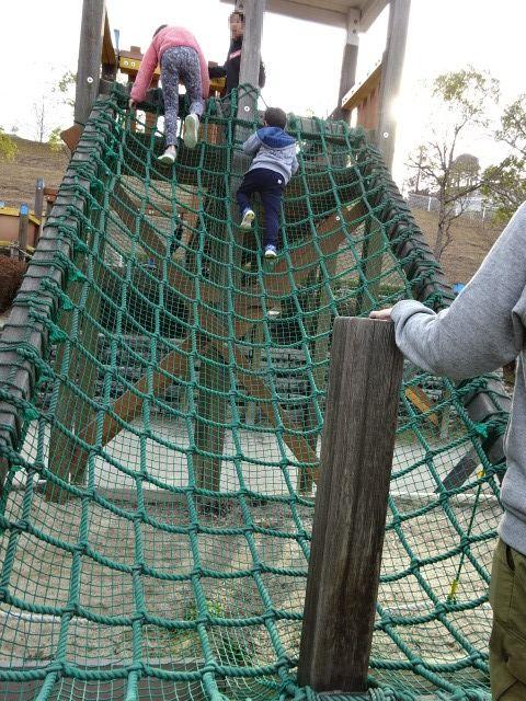 生駒山麓公園の大型木製遊具の緑の網