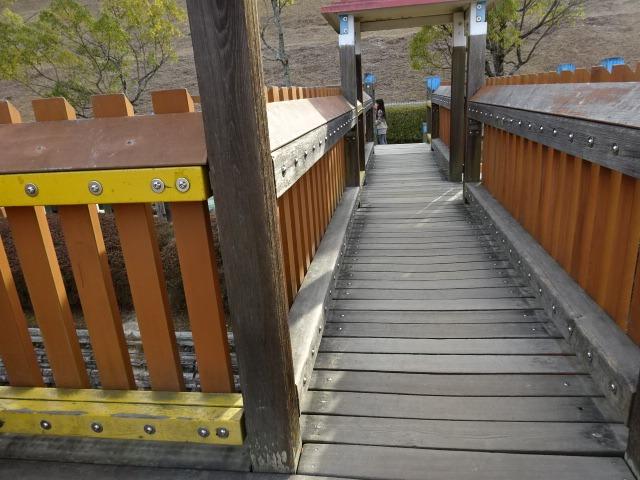 生駒山麓公園の大型木製遊具の回廊