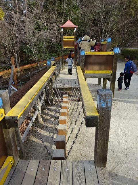 生駒山麓公園の大型木製遊具の細いグラグラ橋