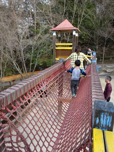 生駒山麓公園の大型木製遊具の網の橋