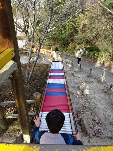 生駒山麓公園の大型木製遊具のローラーすべり台