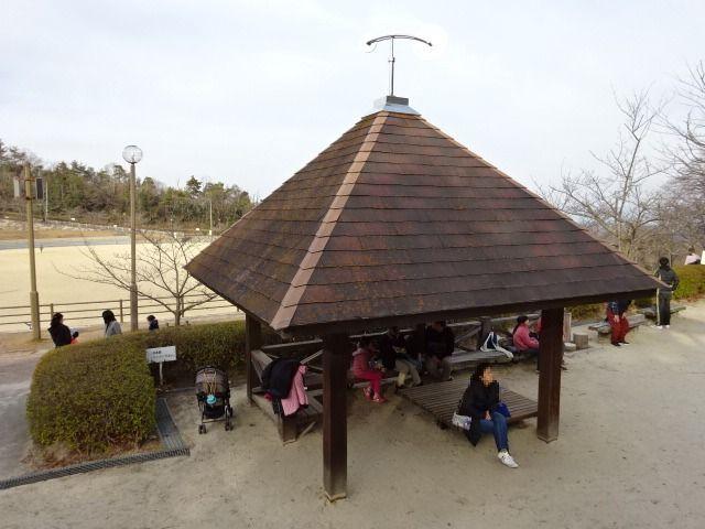 生駒山麓公園の大型木製遊具の所にある休憩所
