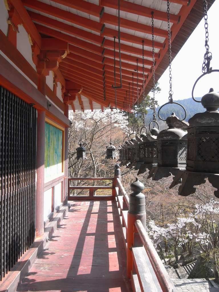 奈良県談山神社の桜と吊り燈籠