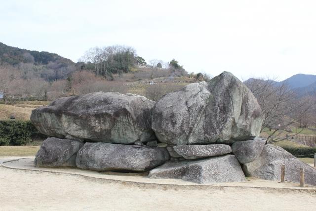 石舞台古墳と周囲の風景