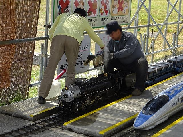 まほろばファミリー鉄道蒸気機関車に石炭を入れる