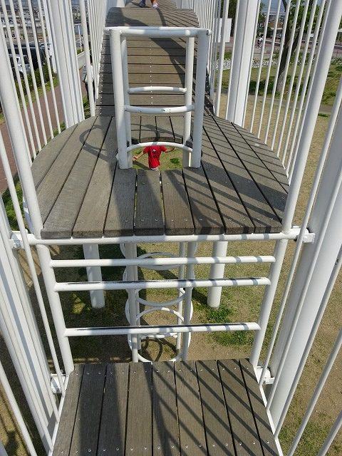 まほろば健康パークの赤色の滑り台の上部