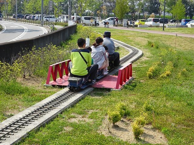まほろばファミリー鉄道鉄橋を通過する汽車