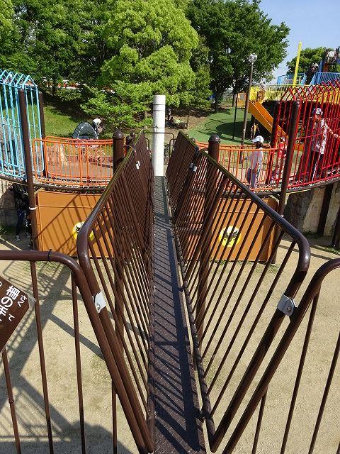 とりで広場の大形遊具の細い橋