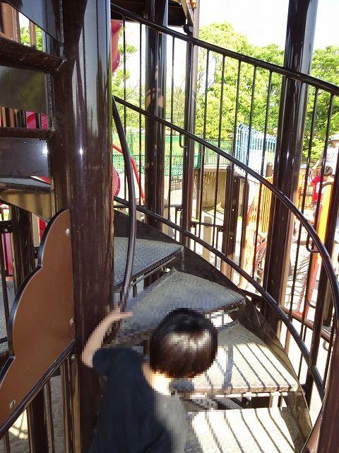 とりで広場の大形遊具のらせん階段2