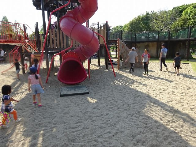 とりで広場の大形遊具の砂場