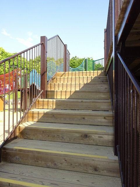 とりで広場の大形遊具の回廊への階段